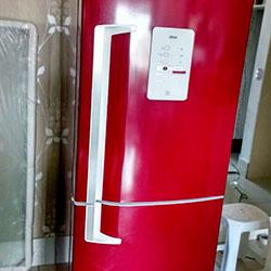 Envelopamento de geladeira com Vermelho Bordo