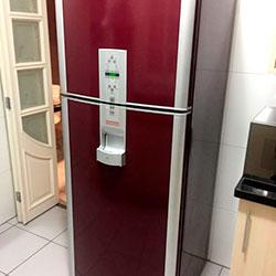 Envelopamento de geladeira com vermelho bordô
