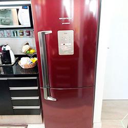 Envelopamento de geladeira com adesivo  vermelho bordô