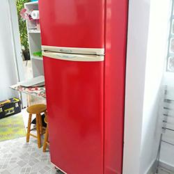 Envelopamento geladeira na cor vermelho
