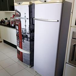 Envelopamento de geladeiras com cabine telefonica e branco fosco