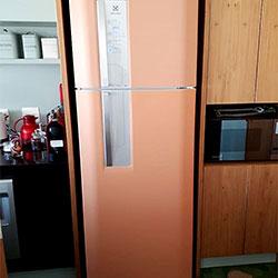 Envelopamento de geladeira cor salmão