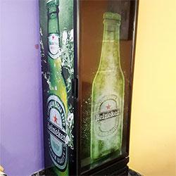 Envelopamento de geladeira expositora com Heineken e adesivo Clear na porta