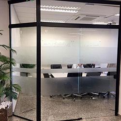 Aplicação de adesivo jateado para empresa - sala de reunião - Berrini - Cidade Monções - SP