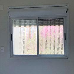Aplicação de adesivo jateado para janela de quarto - São Paulo