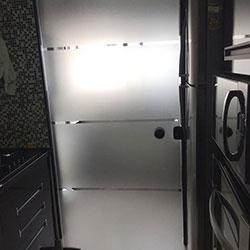 Adesivo jateado com recorte para porta de lavanderia em cozinha