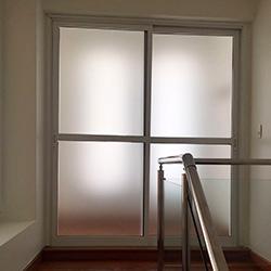 Adesivo jateado para porta de vidro em São Paulo