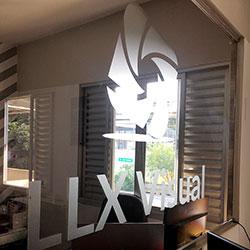Adesivo jateado com recorte eletrônico - Logo da empresa - LLX Visual - São Paulo