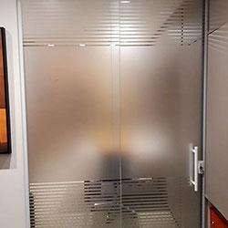 Adesivo jateado para divisórias de vidro