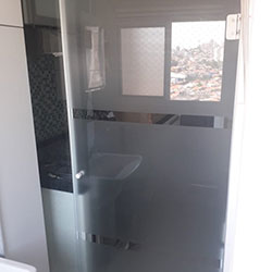 Aplicação de adesivo jateado em porta de lavanderia para São Paulo