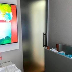 Aplicação de adesivo em porta de vidro - Vila São Francisco - São Paulo