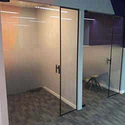 Aplicação de adesivo jateado em vidro para escritório de empresa - São Paulo