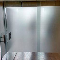 Adesivo jateado para porta de vidro em escritório SP