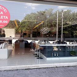Faixa de segurança com logo em adesivo jateado para porta de vidro de comércio - São Paulo